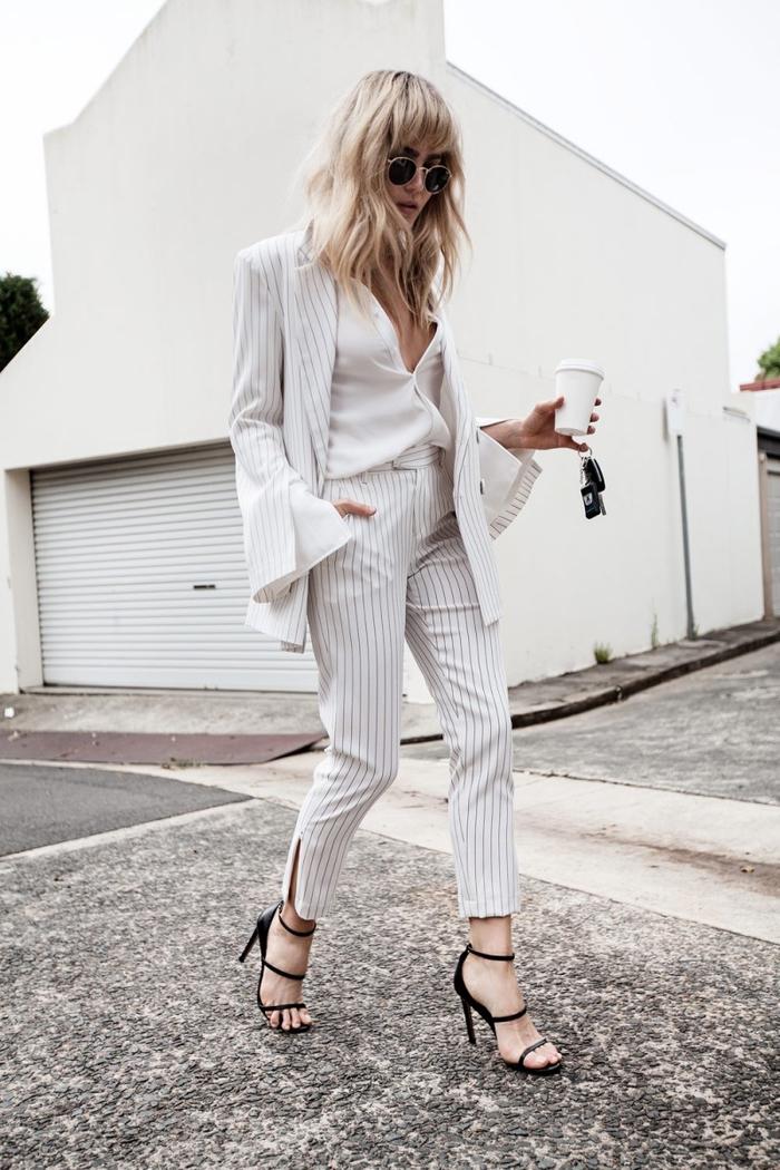 un look monochrome élégant en tailleur pantalon femme blanc à fines rayures avec un blazer à manches de fantaisie pour jouer le côté décalé