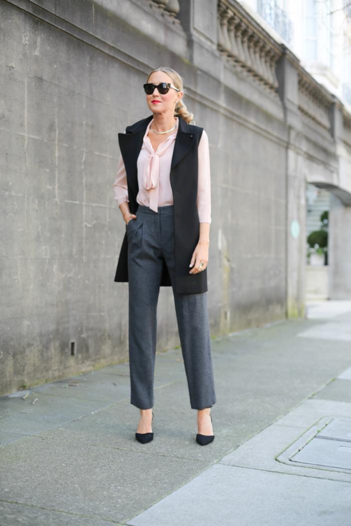 ensemble dépareillé de pantalon fluide femme chic et blazer long sans manche combinés avec une chemise rose poudré aérienne