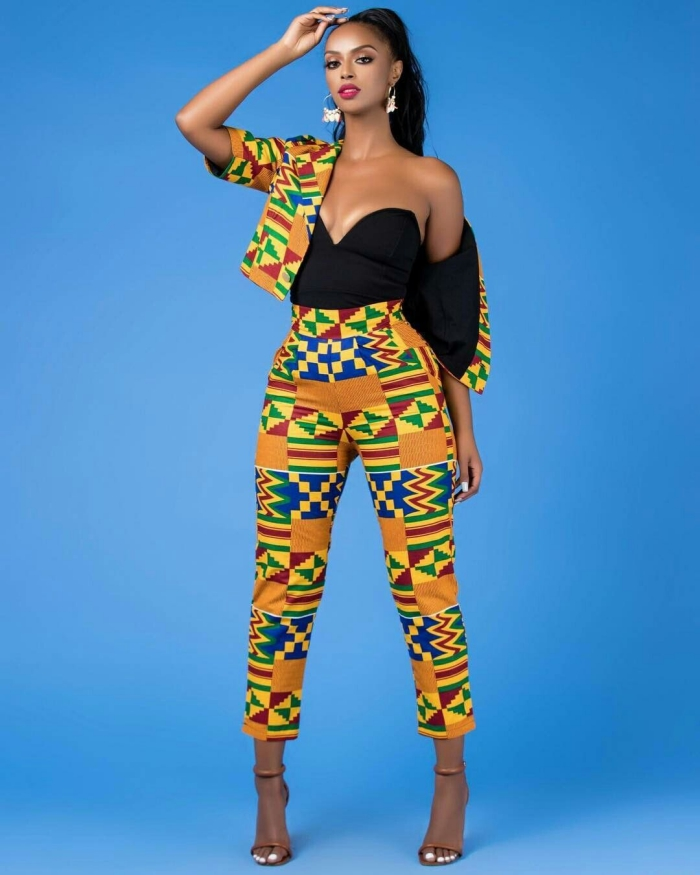 comment bien s'habiller femme, costume de style africain en deux pièce pantalon et blazer en pagne wax combiné avec top noir
