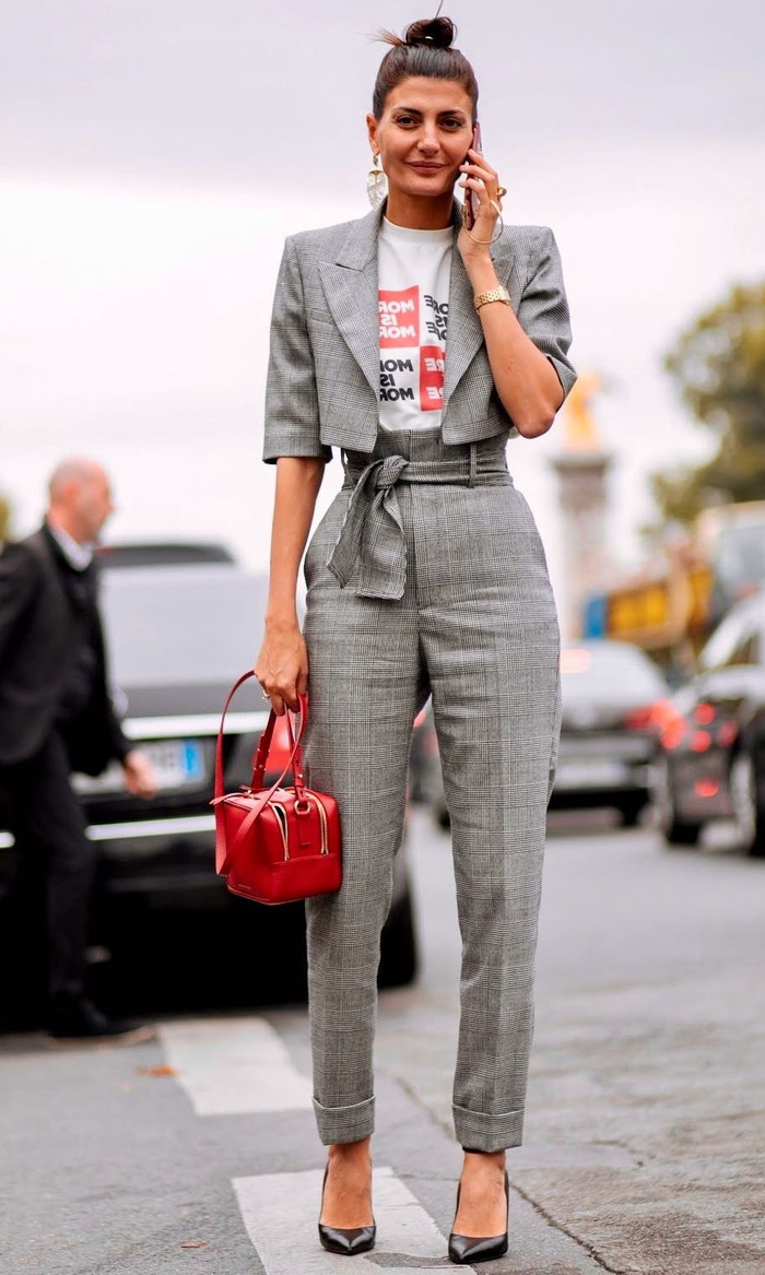 un pantalon femme taille haute chic qui met en valeur la silhouette en combinaison avec un haut court et un t-shirt graphique