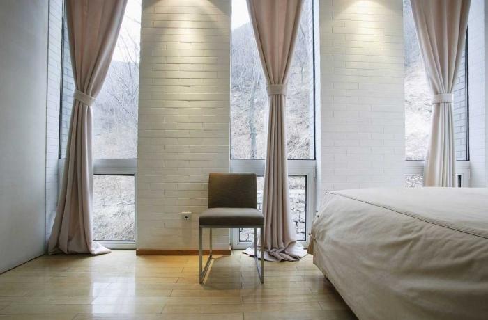 quelle couleur pour chambre adulte à design minimaliste, rideaux longs de nuance rose pastel et parquet de bois clair