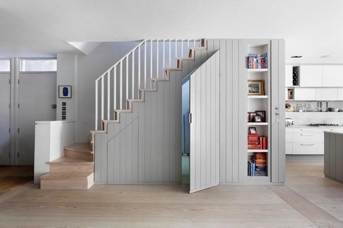idée amenagement sous pente avec porte et revêtement de bois peint en gris