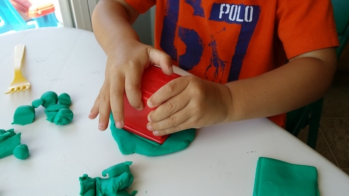 jouer avec de la pate à moduler pour développer la motricité fine, idée de methode montessoir, activité en maternelle