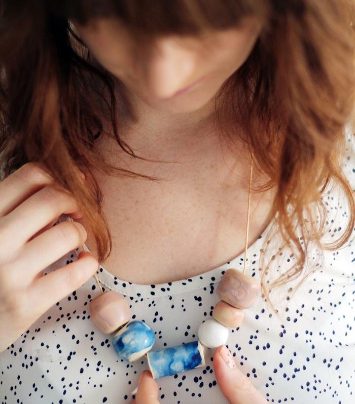 bijoux pate fimo, exemple de collier avec des pendentifs en fimo couelur quartz, bleu et blanc, tee shirt blanc à ponts noirs
