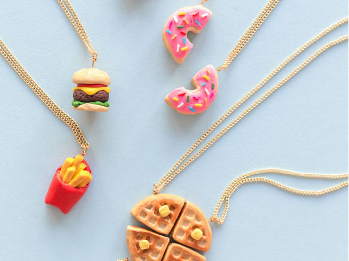 pate fimo bijoux collier meilleur amie en nourriture sculptée, motifs gaufre, burger, frites, donut