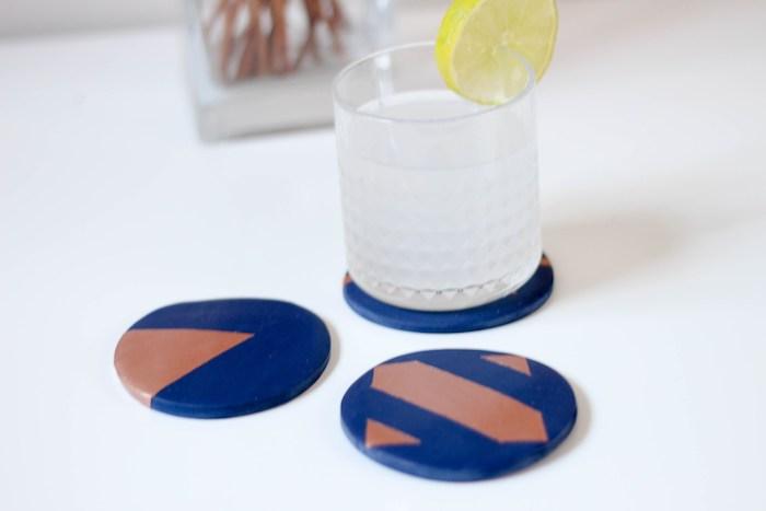 modele pate fimo, dessous de verre bleu a motifs bronzés, comment faire un sous verre, exempel cadeau fete des peres