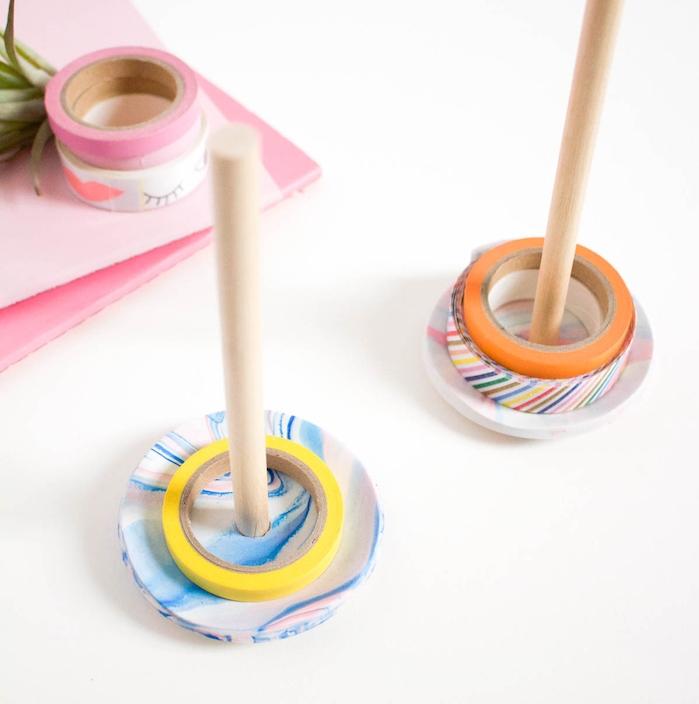 idée de rangement ruban adhésif en petite coupelle à effet marbre avec un baton, pate fimo facile, projet bricolage adulte intéressant