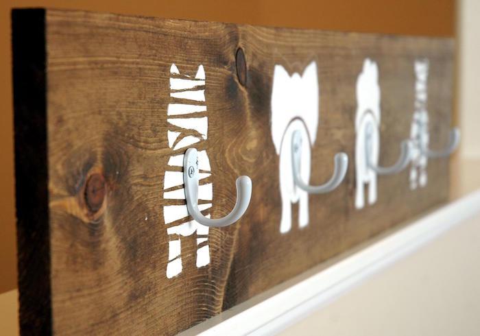 patère murale bois fait maison pour enfant