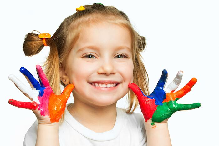 idées pour une activité montessori, peinture avec des mains pour créer des motifs colorés, art abstrait