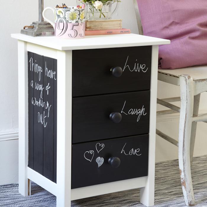 peinture ardoise magnétique sur une table de chevet avec des tiroirs repeints de peinture ardoise et dessins à la craie