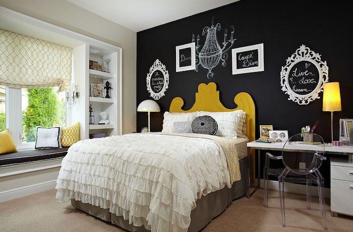 peinture ardoise magnétique sur un mur de fond avec decoration de cadres vides blancs, lit jaune et linge de lit blanc et gris
