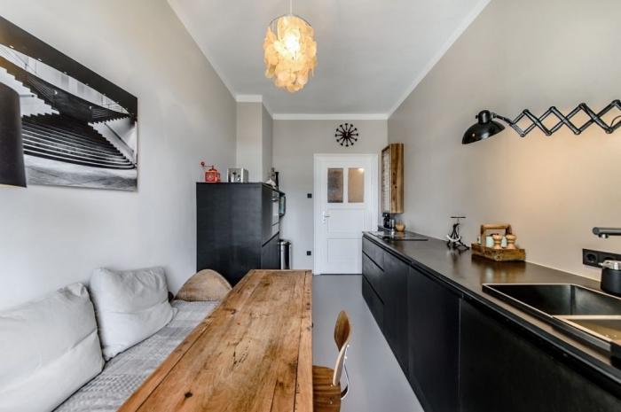 design intérieur tendance studio, comment aménager une cuisine en longueur avec armoires noires matte