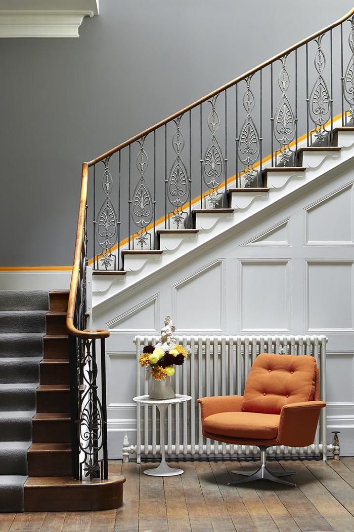 un escalier repeint en gris précieux pour une déco de montée d'escalier chic et raffinée