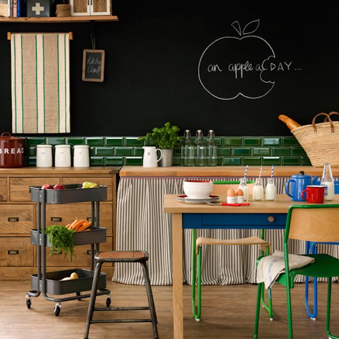 parement ardoise sur un mur noir avec dessin de pomme, credence carrelage vert, meubles cuisine et parquet en bois