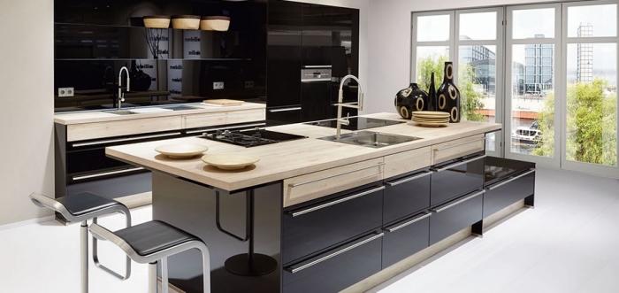 cuisine incorporée, modèle de chaises de bar avec siège de cuir noir, déco de cuisine aux armoires noires