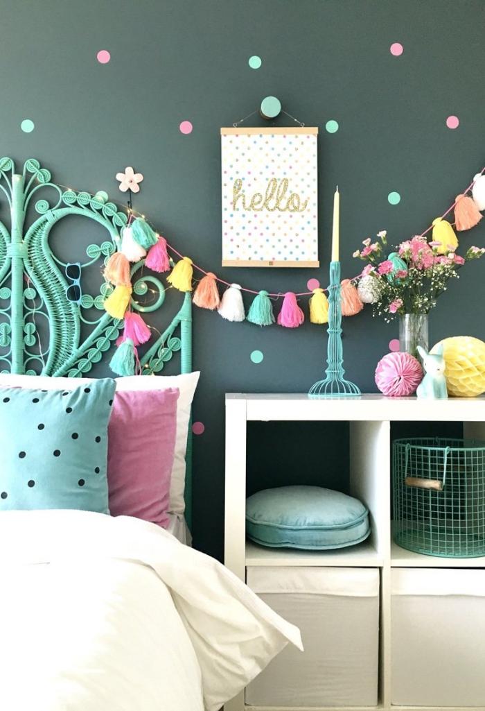comment décorer une chambre avec guirlande en pompons et cercles de papier coloré