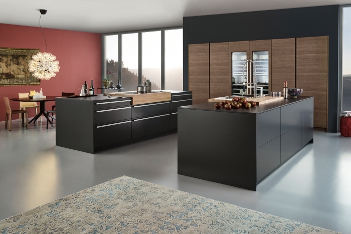 cuisine gris anthracite, déco de cuisine parallèle avec ilot gris et évier à cadre bois, modèle de tapis aux motifs ethniques