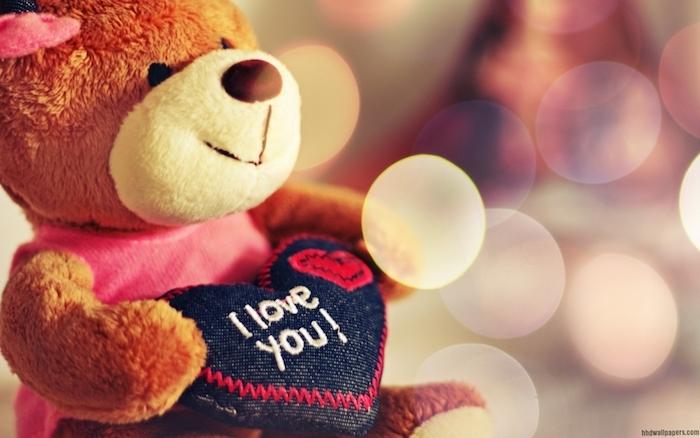 cadeau saint valentin femme, peluche ourson avec en coeur entre les mains, exemple de cadeau mignon