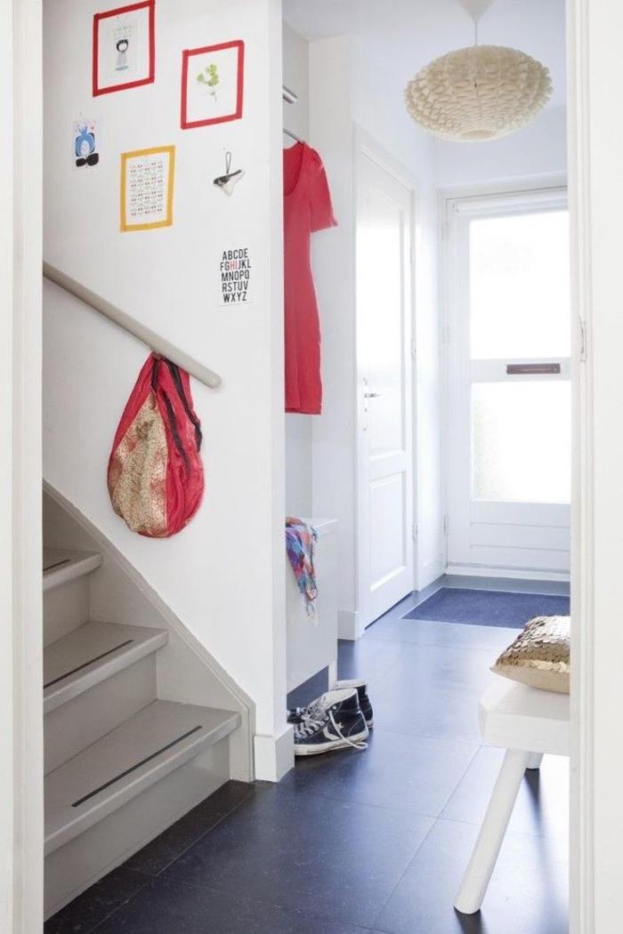 deco monntee escalier originale avec des cadres formés avec du masking tape coloré