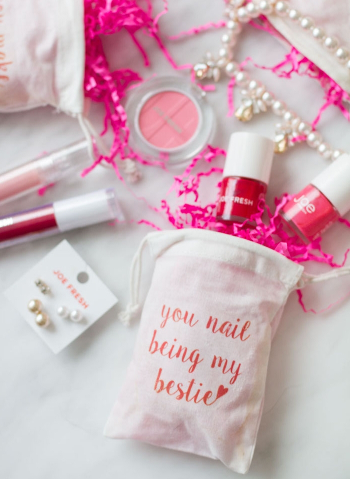 petit kit beauté avec vernis à ongles rose et rouge et ombre à paupières dans un petit sachet blanc, cadeau pour sa meilleure amie ou copine