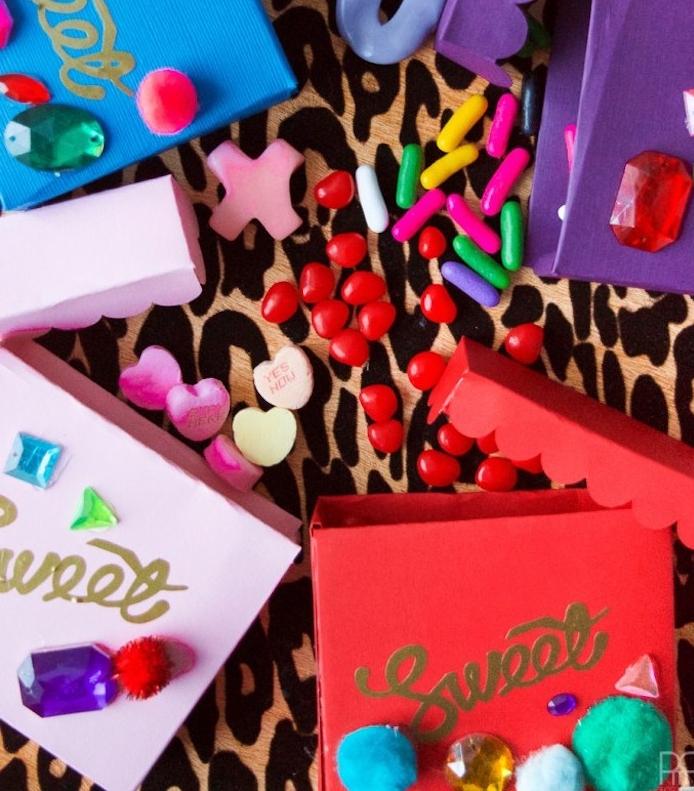 boites a bonbons colorées et décorées de pompons et de pierres avec des bonbons à l intérieur, que offrir a sa copine pour saint valentin