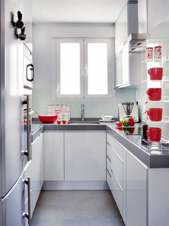cuisine en longueur, amenagement petite cuisine avec des meubles en blanc et gris et des étagères de rangement en métal blanc, carrelage en couleur taupe, poignées des meubles en métal couleur argent
