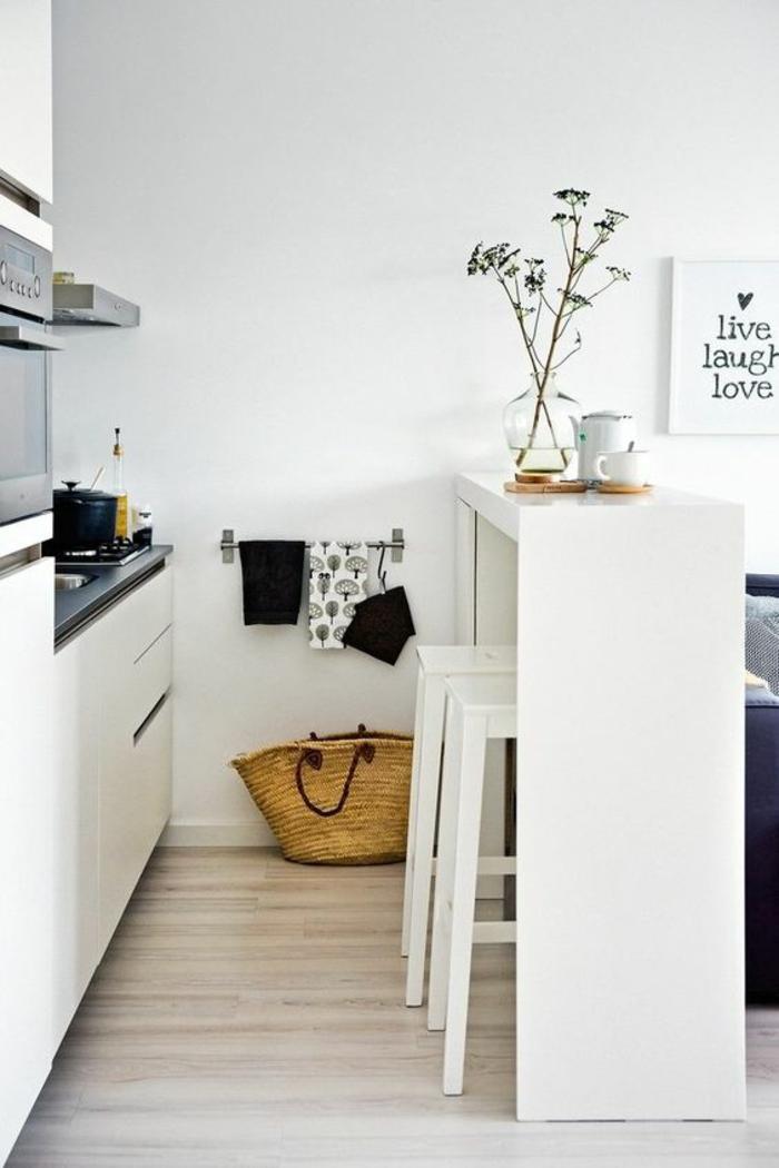 meuble cuisine pas cher, avec des meubles en blanc, meuble bar en bois peint en blanc et deux tabourets peints en blanc, parquet en gris et blanc, meubles avec plan de travail en noir
