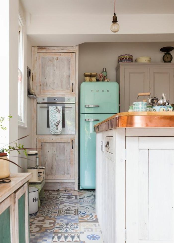 cuisine ouverte sur salon, carrelage en style mauresque en bleu et marron, îlot en lambris peint en blanc, meubles aux surfaces avec des effets de vieilli