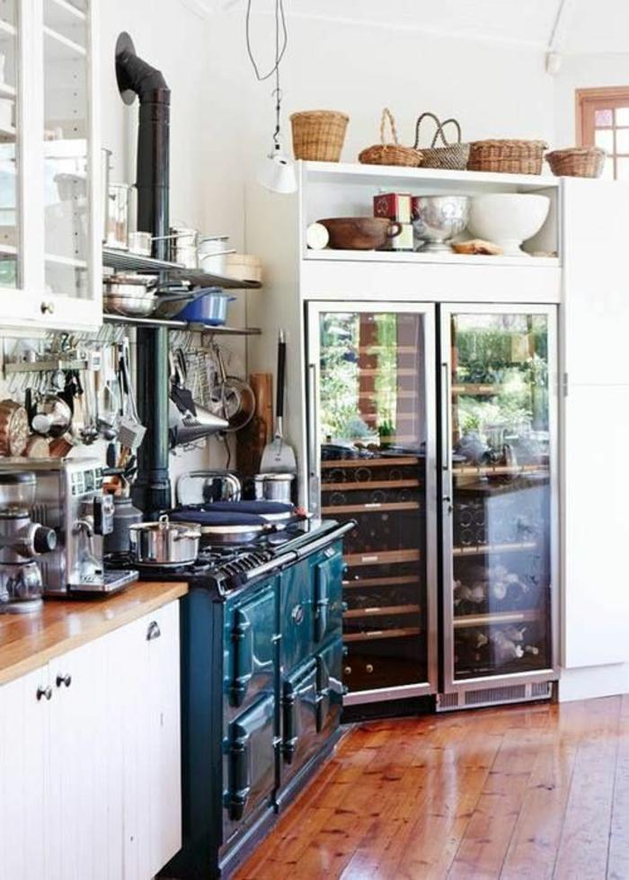 amenagement petite cuisine, meubles vintage et ambiance rustique, fourneaux en métal bleu canard, sol recouvert de parquet marron clair