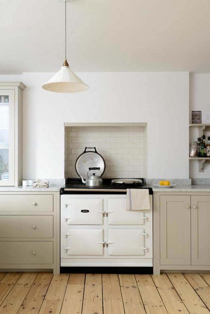 meuble cuisine pas cher, amenagement petite cuisine, murs blancs, parquet en bois clair, meubles en couleur gris perle, luminaire suspendu sur un fil long avec abat-jour blanc