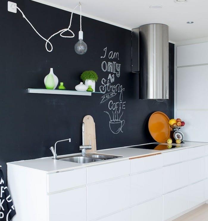 modele de petite cuisine équipée en ardoise murale, ilot central blanc laqué, parquet bois clair, deco simple naturelle