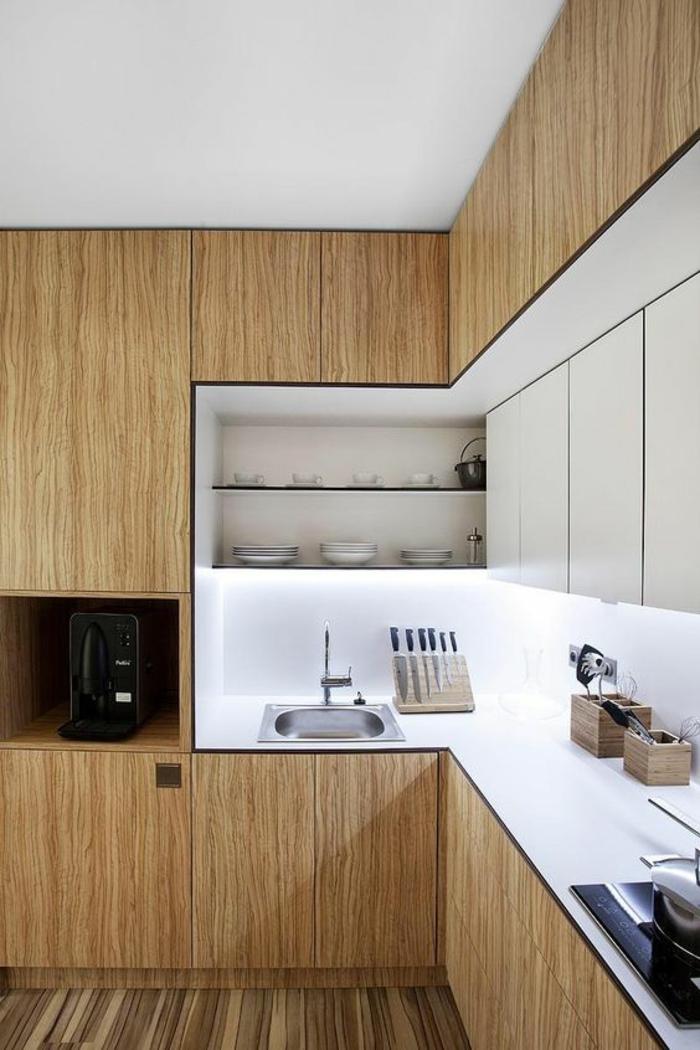 cuisine petit espace, meubles en marron clair et beige, sol avec lambris PVC en beige et marron, avec effet rayures fines, plan de travail des meubles en blanc