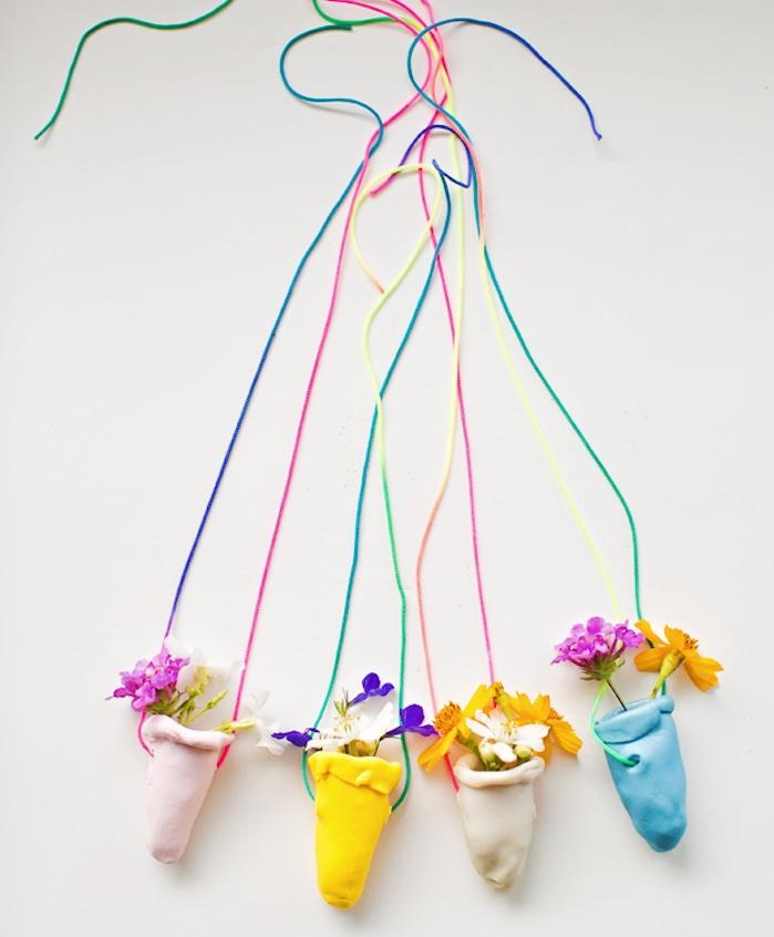 cadeau fete de meres a faire soi meme, pate fimo bijoux, petit collier avec pendentif de petits sacs colorés avec fleurs dedans