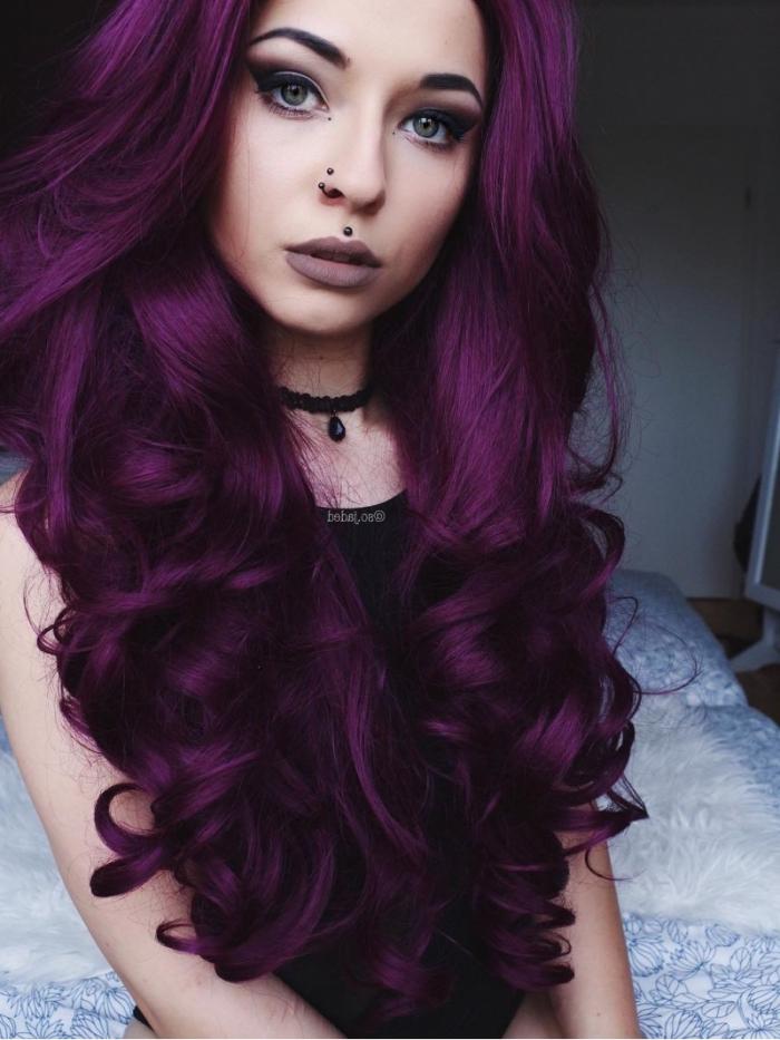 tendance teinture 2018 avec couleur violine, cheveux ultra longs bouclés de nuance violette, maquillage aux lèvres marron matte