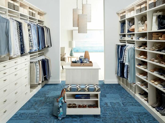placard chambre, tapis bleu contemporain, petit tabouret avec rangement