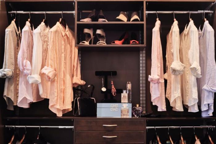 placard mural, armoire penderie rangement de chaussures, chemises en couleurs douces