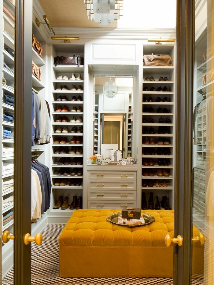 placard mural, armoire dans un dressing masculin, grand tabouret jaune
