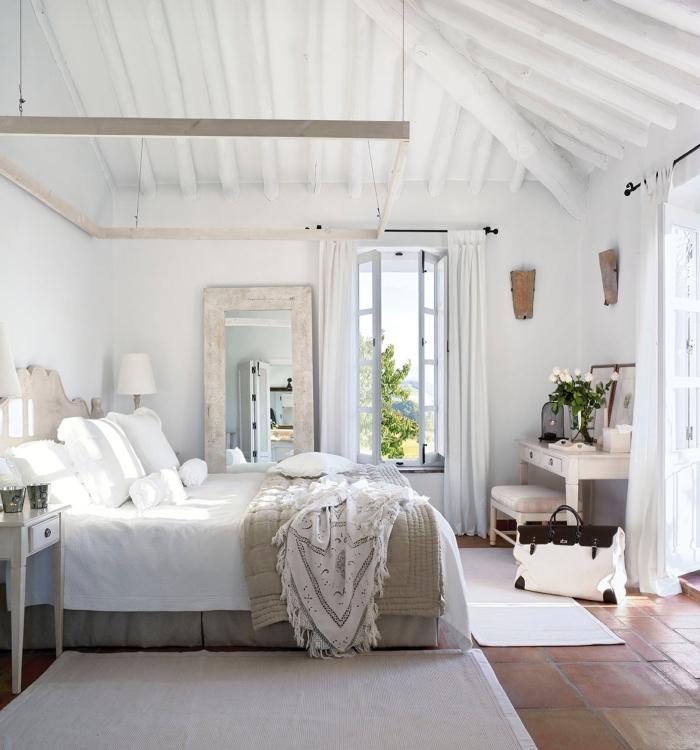 1001 mod les inspirantes de la chambre blanche et beige for Miroir plafond chambre