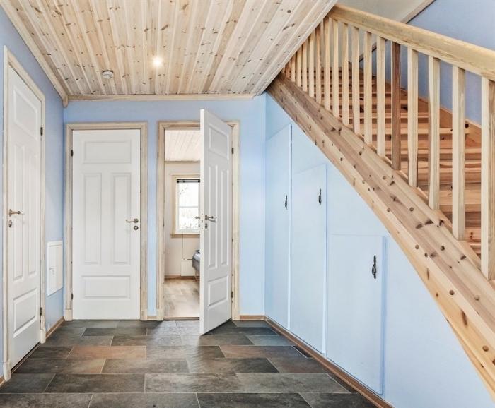 déco intérieur aux murs bleu clair avec plafond et escalier de bois clair, idée aménagement sous pente