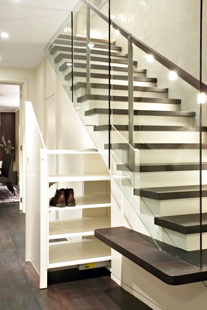 meuble chaussure sous escalier à mécanisme coulissant, design stylé en blanc et bois foncé