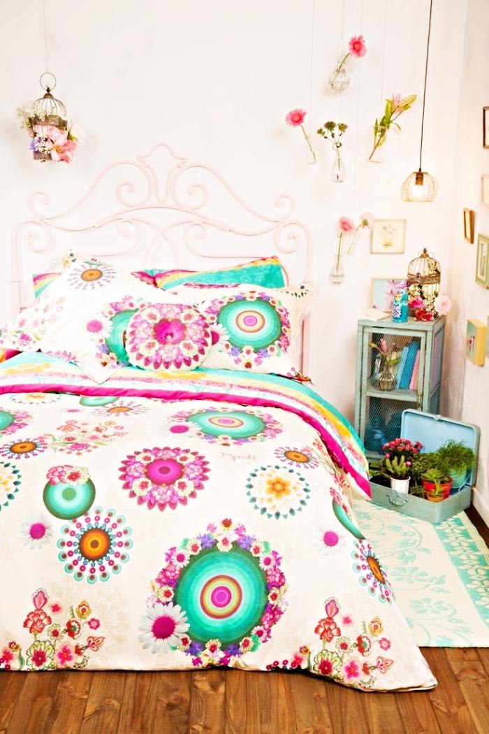 décoration en style vintage et hippie avec tête de lit rétro chic et couverture de lit à design mandala