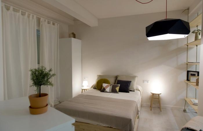 modèle de chambre ado avec étagères et garde-robe de bois aux murs blancs et carrelage à imitation bois