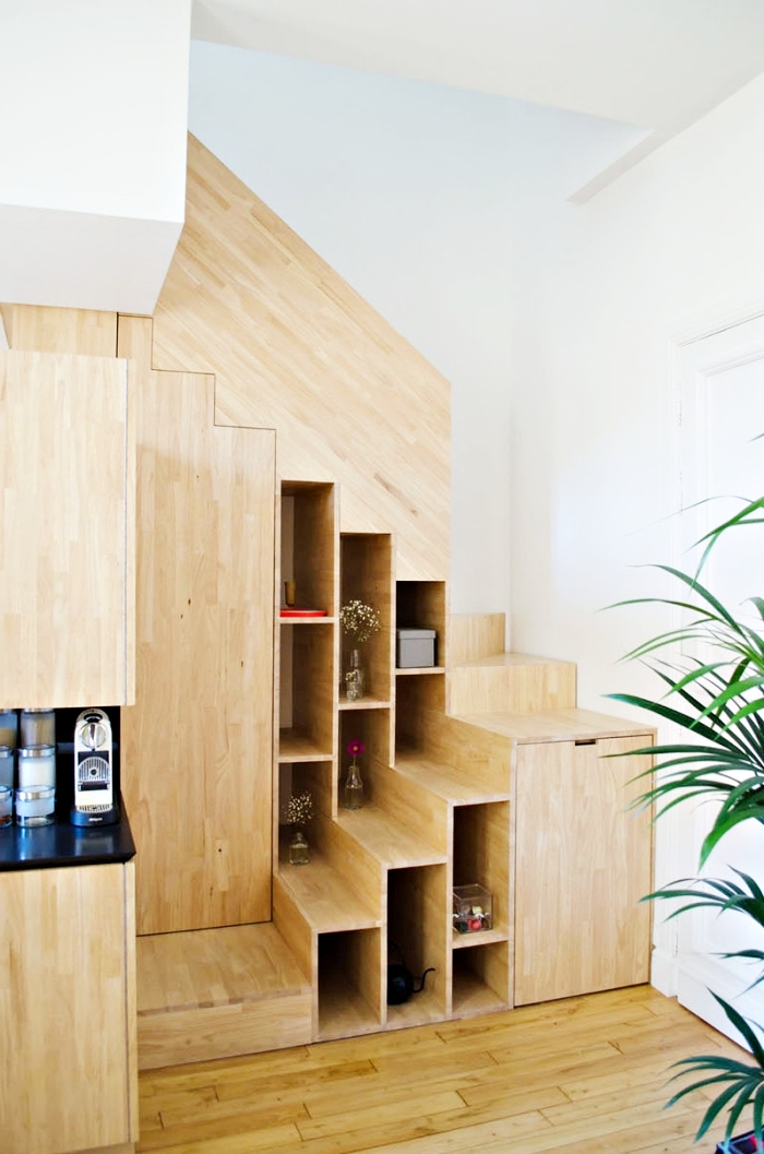 meuble chaussure sous escalier de bois, comment optimiser l'espace limité sous l'escalier