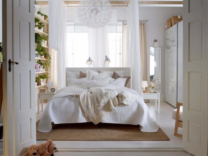 déco de la chambre à coucher cozy en blanc et bois avec rideaux longs et luminaire à design pissenlit