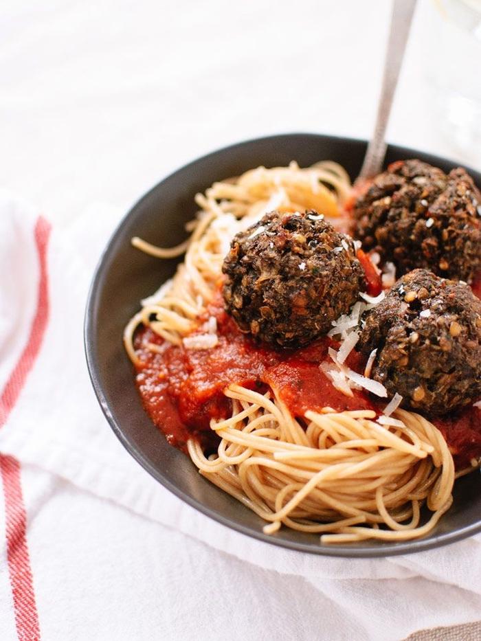 repas de saint valentin végétarien de pâtes italiennes aux boulettes de lentille