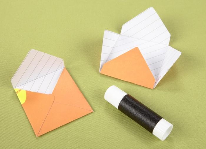 enveloppe origami, comment faire une enveloppe de forme carrée avec technique de pliage et colle