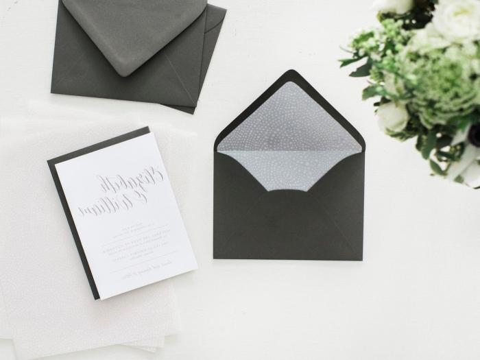 fabriquer une enveloppe, modèle d'enveloppe en papier noir avec décoration en papier blanc pour les cartes d'invitation