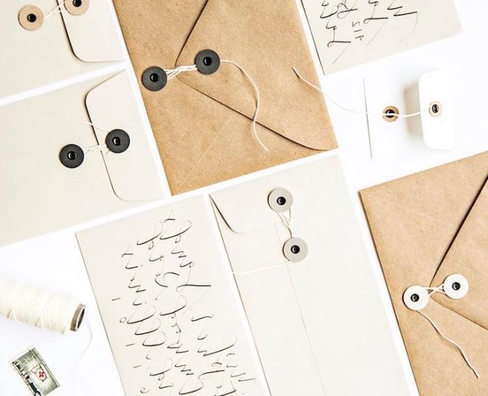 comment faire une enveloppe en papier, modèle d'enveloppe en papier blanc et papier recyclé décorée avec boutons noirs