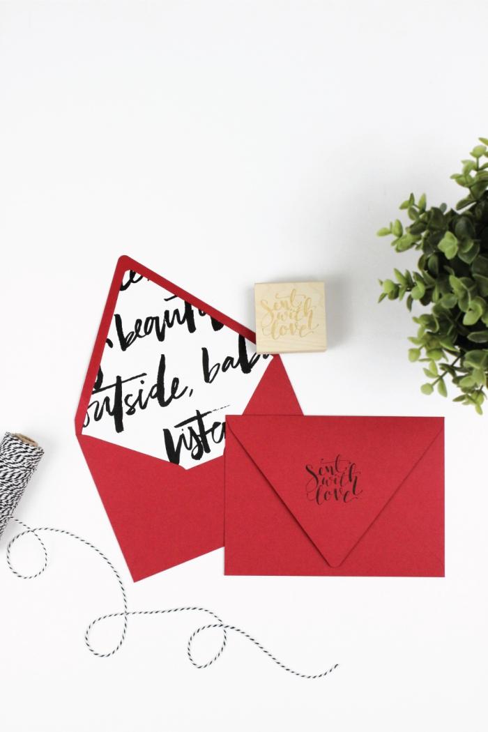 fabriquer une enveloppe, modèle d'enveloppe rouge customisée avec papier blanc à mots noirs