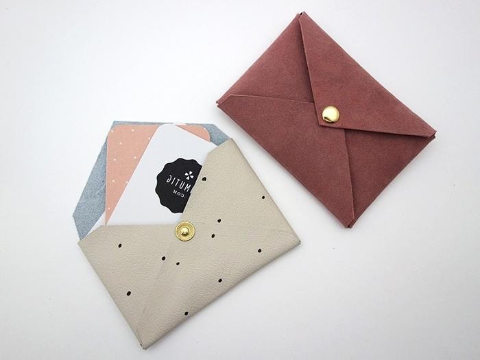 enveloppe kraft, idée pour réaliser une poche de faux cuir avec bouton doré, technique de pliage facile